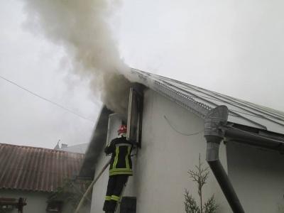 На Буковині загорілась господарська будівля через недопалок: вогонь знищив меблі та речі