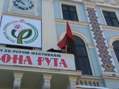 З фасаду ратуші Чернівців прибрали декоративні «рушнички» - фото