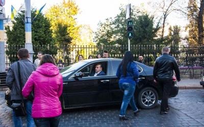 Без ременя безпеки і з телефоном у руках: як голова Чернівецької облради порушує Правила дорожнього руху