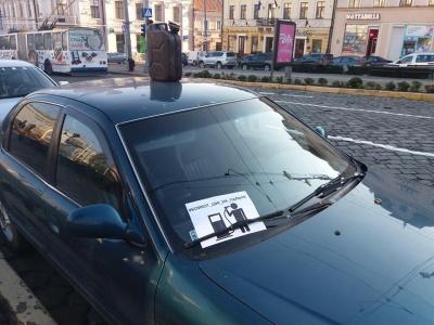 У Чернівцях водії пікетують міськраду через подорожчання пального - фото