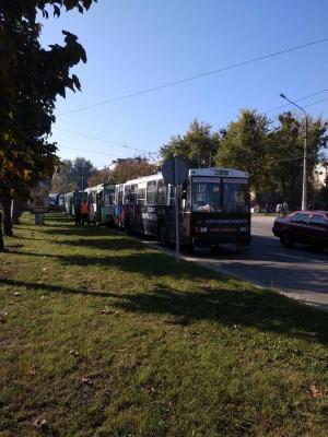 Транспорт стоїть: у Чернівцях мітингарі заблокували рух на кільці проспекту - фото