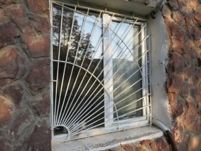 У Новодністровську зловмисники розбили вікно місцевого телеканалу, який критикує дії влади - фото, відео