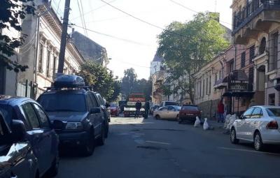 У центрі Чернівців з легковика, що виїхав на яму, відвалилась підвіска з колесами - фото