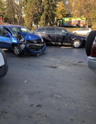 ДТП у Чернівцях на проспекті: легковик врізався у джип - фото