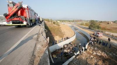 У Туреччині вантажівка з мігрантами впала з мосту. 22 особи загинули