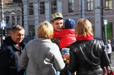 Відчули себе військовими: у центрі Чернівців відкрили виставку техніки - фото