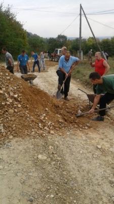 Зібрали з двору по 500 грн. : в селі на Буковині місцеві самотужки ремонтують дорогу