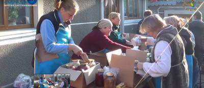 Декілька сотень консервацій та 5 тисяч голубців: волонтери з Буковини вкотре відправили смаколики на Схід - відео