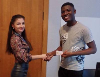 У Чернівцях студенту із Гани вручили першу посвідку на тимчасове проживання