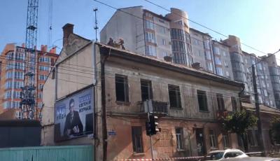 У Чернівцях на Героїв Майдану почали демонтувати аварійні будинки - відео