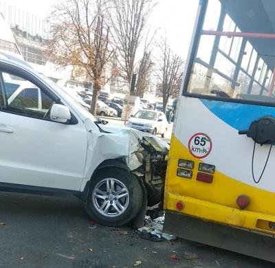 """У Чернівцях біля """"Депоту"""" позашляховик врізався у тролейбус"""