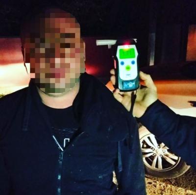 На Буковині п'яний водій під час втечі від поліції в'їхав у металеву огорожу