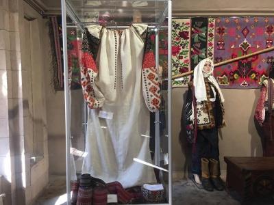 Старовинні скрині для приданого та скорци: у Чернівцях відкрили виставку до 100-річчя Буковинського віча - фото
