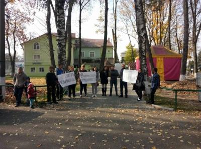 На Буковині люди просять відпустити хлопців, яких звинувачують у вбивстві жінки - фото