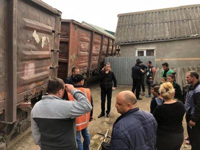 В Ужгороді зійшов із рейок потяг. Вагони похилилися на житлові будинки