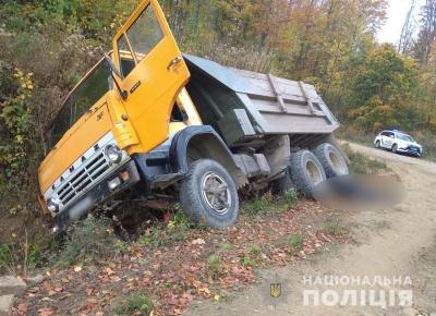 Хотів зачинити двері: на Буковині під колесами власної вантажівки помер водій
