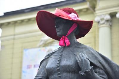 У Чернівцях на статую Ольги Кобилянської одягнули капелюх - фото