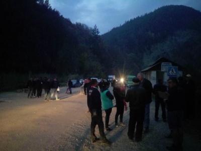 Ремонтувати не почали: на Прикарпатті мешканці 10-й день перекривають дорогу на Чернівці