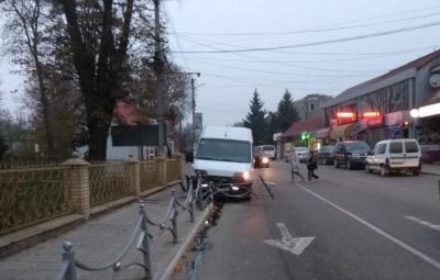 Зникли гальма: на Буковині мікроавтобус протаранив декоративну огорожу - фото