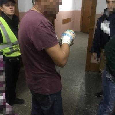 На Буковині чоловік поранив руку циркуляркою: поліція допомогла його доставити в лікарню