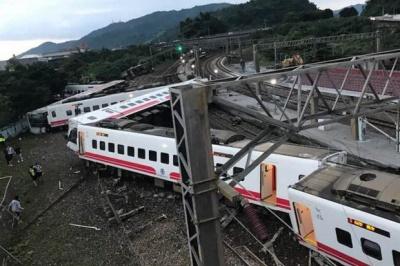 На Тайвані зійшов з рейок швидкісний потяг. 17 осіб загинули