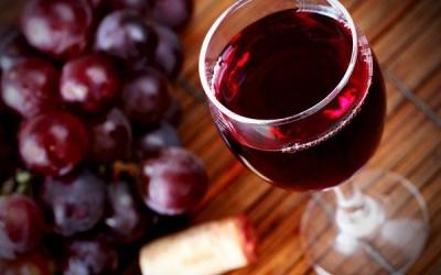 Допомагає схуднути і зберегти молодість: медики розповіли про користь червоного вина для організму