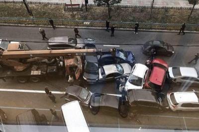 У Києві під час ДТП автокран пошкодив 21 авто (відео)