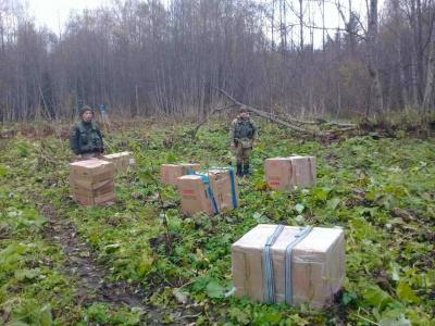 На Буковині контрабандисти, втікаючи від прикордонників, залишили 18 ящиків сигарет - фото