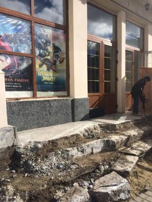 У кінотеатрі «Чернівці» розпочали демонтаж сходів, де встановлять пандус - фото