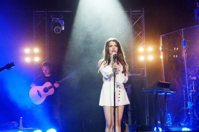 У Чернівцях глядачі не відпускали зі сцени філармонії відому співачку Христину Соловій - фото