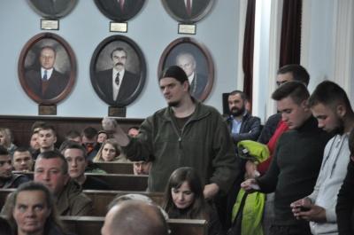 У Чернівцях громадські слухання погодили передачу депутату Петришину танцмайданчика у парку