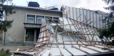 В селі на Буковині буревій зірвав дах із клубу - відео