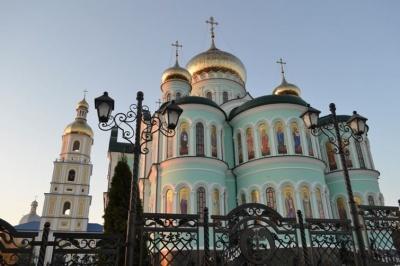 Проросійські кола розповсюджують фейки про утиски румунської церкви в Україні - посольство