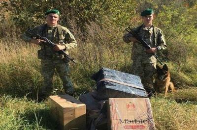 На Буковині контрабандисти втекли від прикордонників і покинули 3 тисячі пачок цигарок