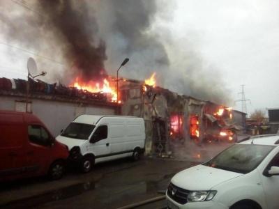 Внаслідок масштабної пожежі на СТО у Києві згоріли 7 автомобілів - фото