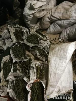 10 чоловіків та жінка: на Буковині поліція затримала злочинну групу, що виготовляла наркотики