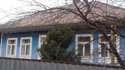 На Буковині сусід прихистив багатодітну родину, у якої згорів будинок