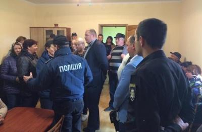 Скандал у Ломачинцях: група людей блокує сільраду, намагаючись відібрати печатку голови