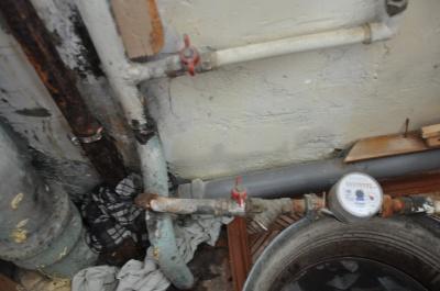 У Чернівцях через прогнилий стояк квартиру залило водою: фірма-управитель ігнорує проблеми мешканців