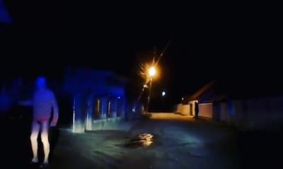 Кидався із сокирою: у Чернівцях група чоловіків побила поліцейських, які влаштували погоню за порушницею