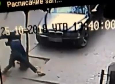 У Чернівцях посеред вулиці жорстоко побили чоловіка. Дружина потерпілого каже, що нападник - поліцейський