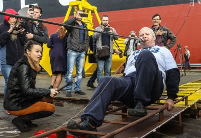 Український богатир протягнув 614-тонне судно 16 метрів затиснувши канат зубами