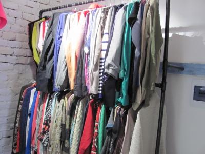 Джинси по 35 грн, пальто - 60: у Чернівцях відкрили першу соціальну крамницю - фото