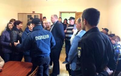 В уряді висловили стурбованість через «двовладдя» у Ломачинцях