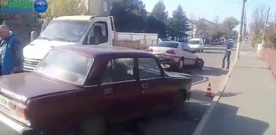 У райцентрі на Буковині біля відділу поліції зіткнулися автівки - відео