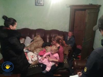 Побиті вікна, бруд і голод: соцпрацівники розповіли, чому забрали 7 дітей з родини буковинців
