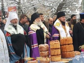Букети пшениці та хліб: у Чернівцях люди молилися за загиблими жертвами Голодомору - фото