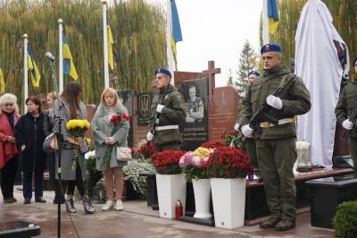 Люди не стримували сліз: у Чернівцях урочисто відкрили пам'ятник герою АТО Віктору Редькіну - фото