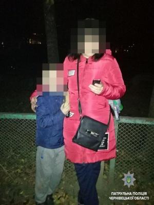 У Чернівцях патрульні знайшли та повернули батькам двох загублених дітей