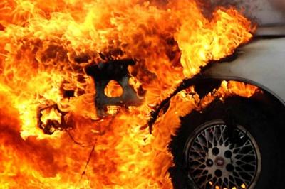 У Чернівцях горів автомобіль: вогонь пошкодив моторний відсік
